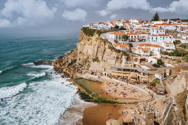 Wakacyjna atmosfera w pięknej wiosce azenhas do mar i plaży chronionej przez fale