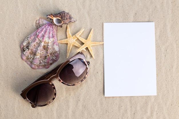 Wakacyjna koncepcja plaży z muszlami, seastarami i pustą pocztówką