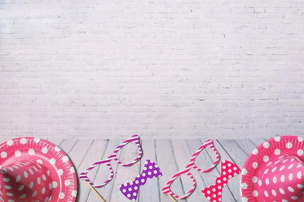 Wakacyjna rama lub tło z papierowymi naczyniami i śmiesznymi szkłami, krawat. płaski układ. kartkę z życzeniami urodzinowymi lub imprezowymi