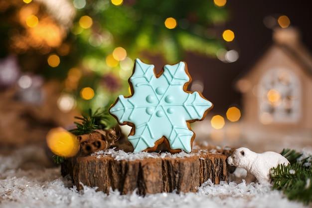 Wakacyjna tradycyjna piekarnia spożywcza. piernikowy niebieski płatek śniegu w przytulnej ciepłej dekoracji z girlandami