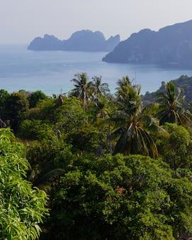 Wakacyjne podróże i wakacje na tropikalnej wyspie