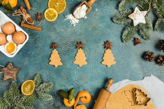 Wakacyjne składniki żywności do robienia świątecznych ciasteczek imbirowych małe drzewa widok z góry koncepcja wysoka jakość ...