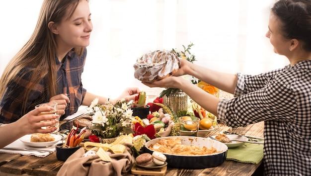 Wakacyjni przyjaciele lub rodzina przy świątecznym stole