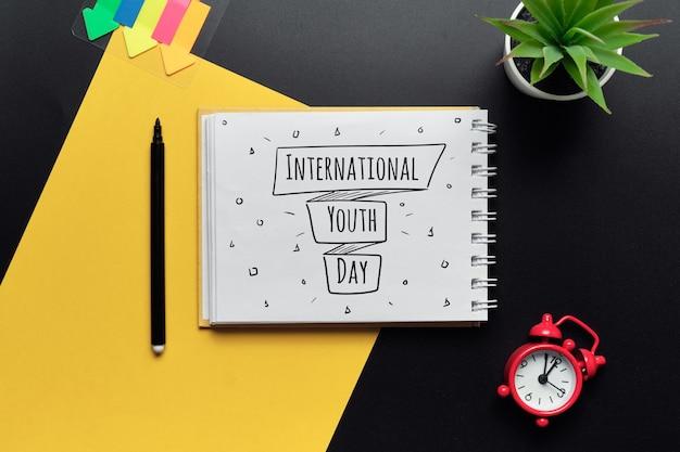 Wakacyjny międzynarodowy dzień młodzieży narysowany na zeszycie.