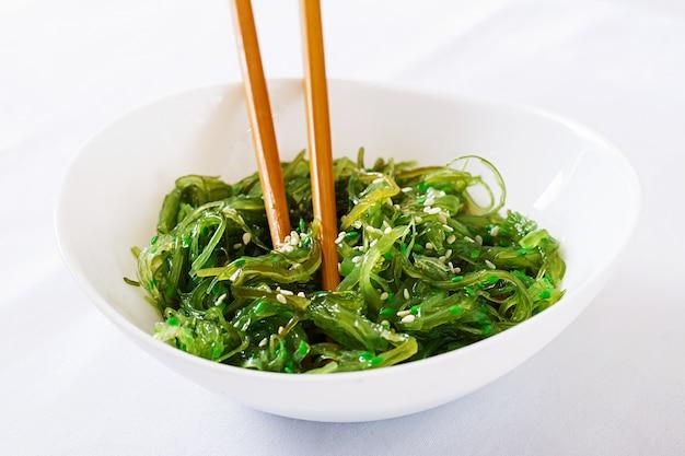 Wakame chuka lub sałatka z wodorostów z sezamem w misce