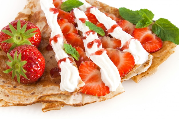 Walcowane naleśniki z truskawkami, słodką śmietaną i miętą