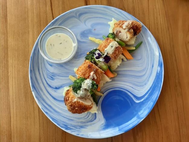 Walcowany kurczak cordon bleu: smażony kurczak w cieście z nadzieniem z wędzonej wołowiny i sera