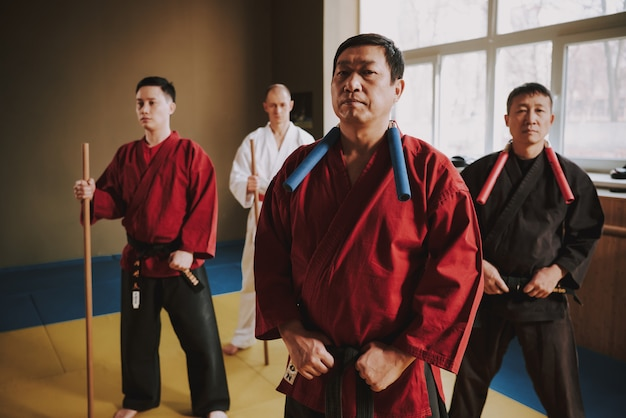 Walcz mężczyzna w czerwonym kimonie stoi.