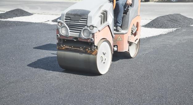 Walec do asfaltu. przemysł. praca. nowa droga