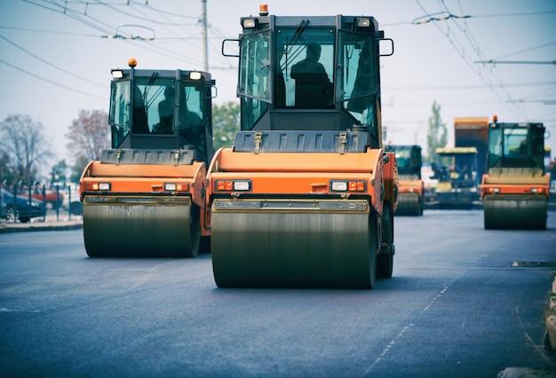 Walec drogowy pracuje na nowym placu budowy