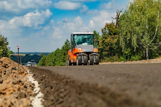 Walec drogowy przy budową drogi