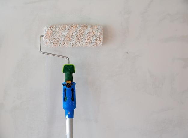 Wałek malarski do malowania ścian po tynkowaniu
