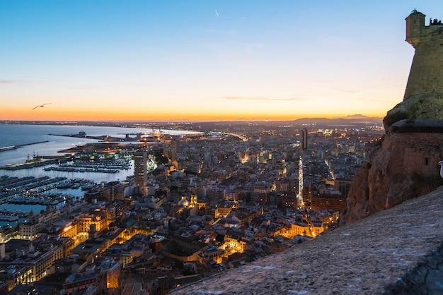 Walencja, alicante santa barbara kasztel z panoramicznym widok z lotu ptaka przy sławnym turystycznym miastem w costa blanca, hiszpania