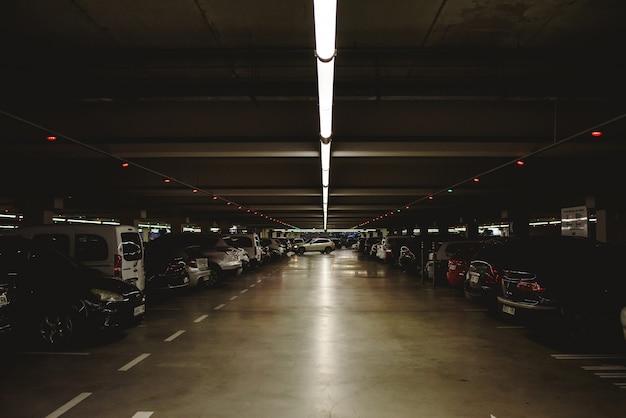 Walencja, hiszpania - 14 grudnia 2018: pełny i ciemny podziemny parking samochodowy.