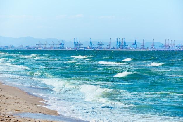 Walencja plaża el saler z portowym tłem