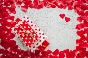 Walentynka dnia tło z czerwonymi sercami i prezenta pudełkiem. kiery.