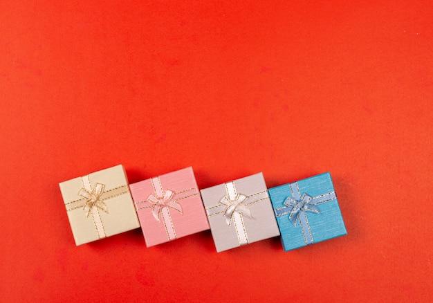 Walentynka dnia tło z czerwonym sercem i prezenta pudełkiem na błyskotliwościach zaświecamy złocistego tło.