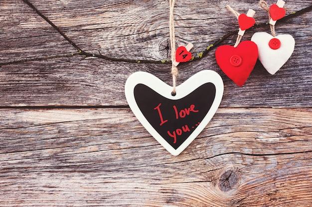 Walentynka dnia tło z kolorowymi sercami. skopiuj przestrzeń, stonowana.