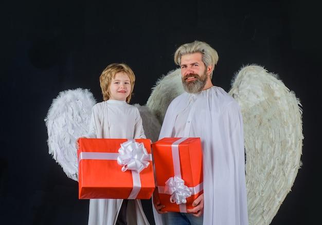 Walentynki anioły szczęśliwy ojciec w kostiumie anioła z małym synem aniołem walentynki słodki anioł