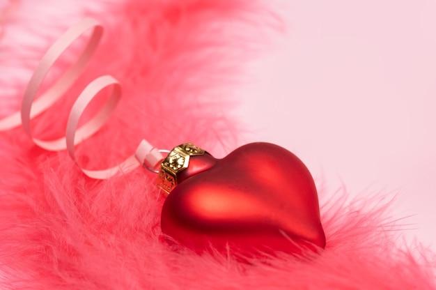 Walentynki baner składający się z czerwonych serc szklanych z puszystymi różowymi piórami z miejscem na tekst