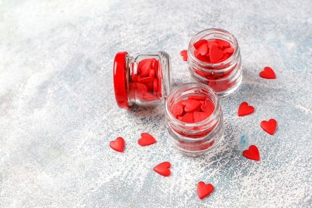 Walentynki czerwone posypki w kształcie serca.