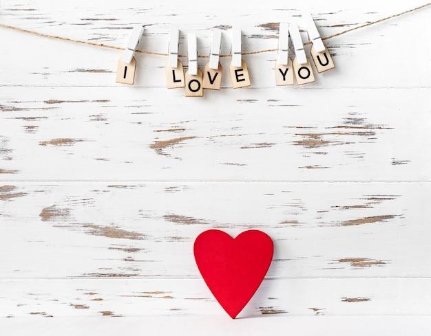 Walentynki czerwone serce na białym tle drewniane
