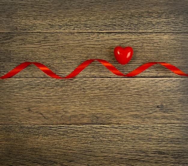 Walentynki czerwone serce na drewnie