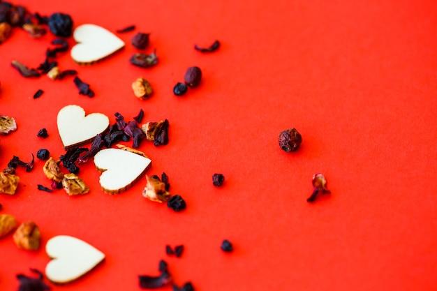 Walentynki czerwone tło z drewnianymi sercami i słowem miłość. miejsce na napisy, reklamę. selektywne skupienie