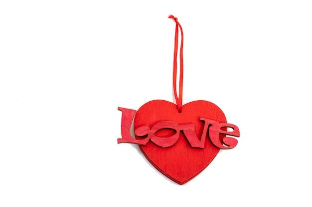 Walentynki drewniane czerwone serce na białym tle.