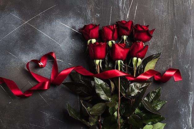 Walentynki dzień matki kobiet czerwona róża z niespodzianką prezent wstążka serce
