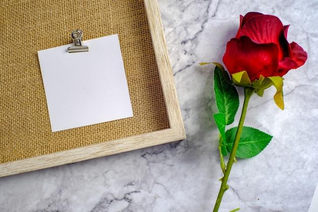 Walentynki-dzień tło. czerwona róża z kartą wiadomości miłości romantyczna para.