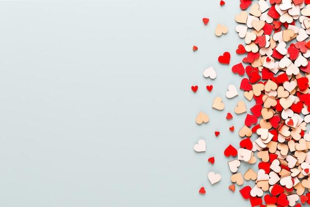 Walentynki-dzień tło pastelowe serca na niebieskim tle