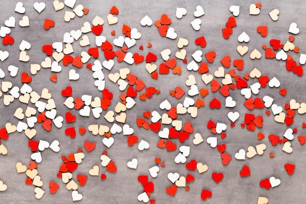 Walentynki-dzień tło pastelowe serca na szarym tle