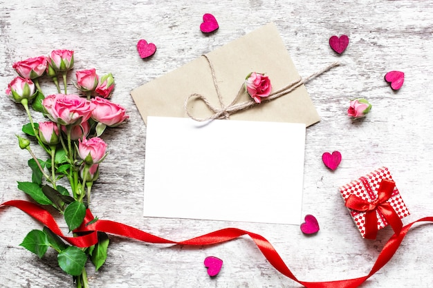 Walentynki-dzień tło. pusty biały kartkę z życzeniami z róż