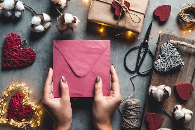 Walentynki-dzień tło, walentynki-karta z bawełnianymi kwiatami i prezentami na szarym tle