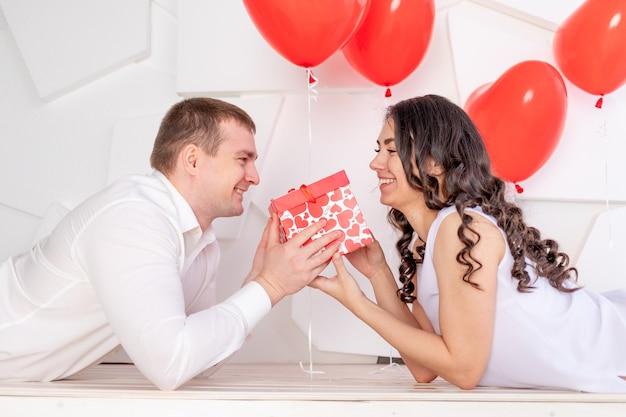 Walentynki facet daje pięknej dziewczynie prezent