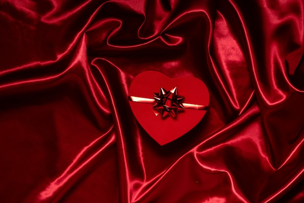 Walentynki i koncepcja 8 marca. widok poziomy z góry na czerwone pudełko na tle uroczysty, koncepcja hholidays.