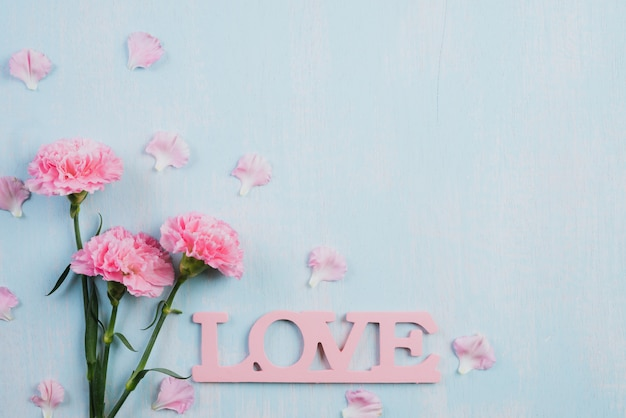 Walentynki i miłość koncepcja na drewniane tła.