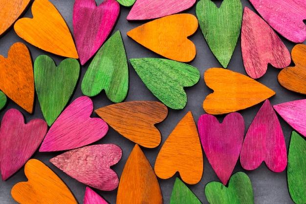 Walentynki kartkę z życzeniami. kolorowe serce na szarym tle.