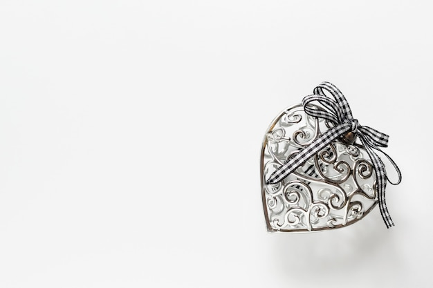 Walentynki kartkę z życzeniami, piękne srebrne serce ze wstążką na białym tle