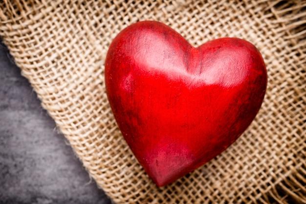 Walentynki kartkę z życzeniami. serce na drewnianym tle.