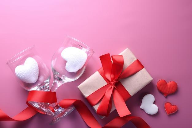 Walentynki kartkę z życzeniami symbole miłości, czerwona dekoracja z pudełka. widok z góry z miejsca na kopię i tekst. płaskie layy