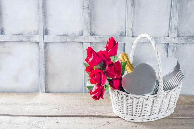 Walentynki kartkę z życzeniami z prezentami w koszyku