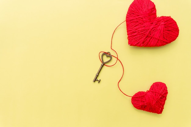 Walentynki karty z czerwonym sercem i klucz na żółtym tle.
