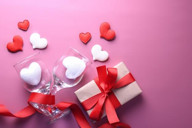 Walentynki karty z pozdrowieniami symbole miłości, czerwona ozdoba z sercem. widok z góry z miejsca na kopię i tekst. mieszkanie leżał