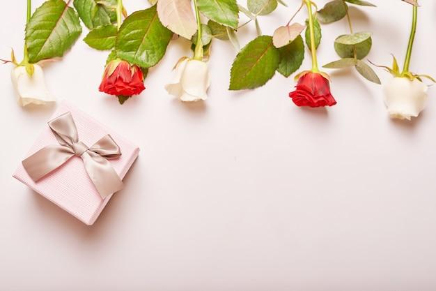 Walentynki kompozycja różowe pudełko z kwiatami.