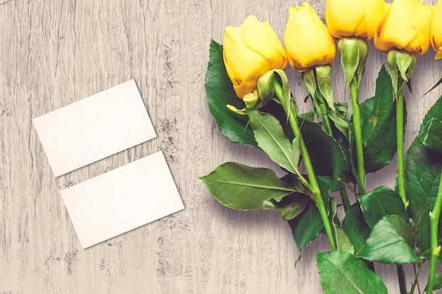 Walentynki kompozycja z kwiatów róży i kartki z życzeniami