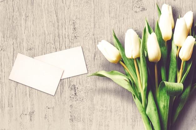 Walentynki kompozycja z kwiatów tulipanów i kartki z życzeniami