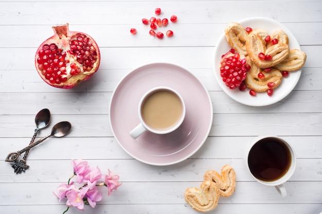 Walentynki koncepcja śniadanie. filiżanka kawy i serca ciasteczka na białym stole dwie osoby. kopia przestrzeń, leżał płasko.