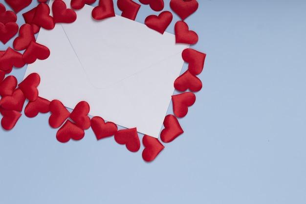Walentynki koperta z czerwonym sercem na niebieskim tle. skopiuj miejsce na tekst